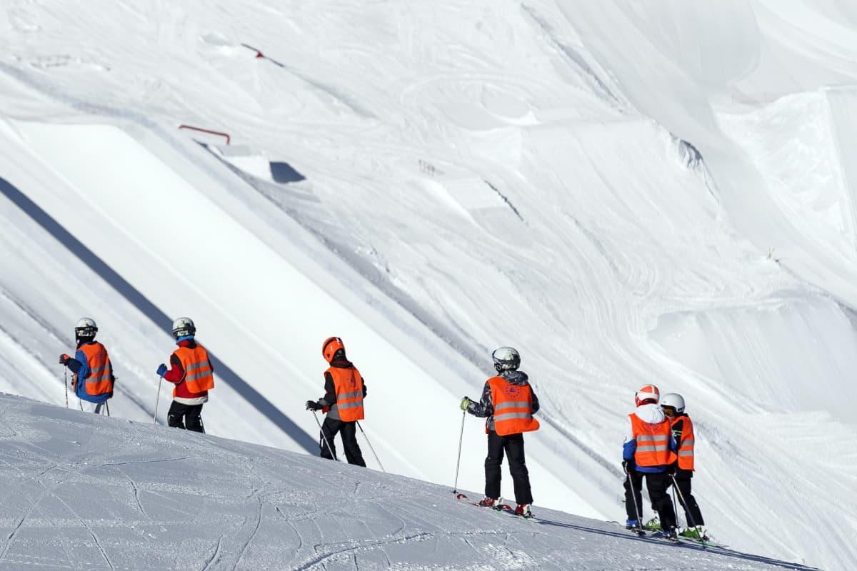 Hiihtokoululaisia Leysinissä Sveitsin Alpeilla.