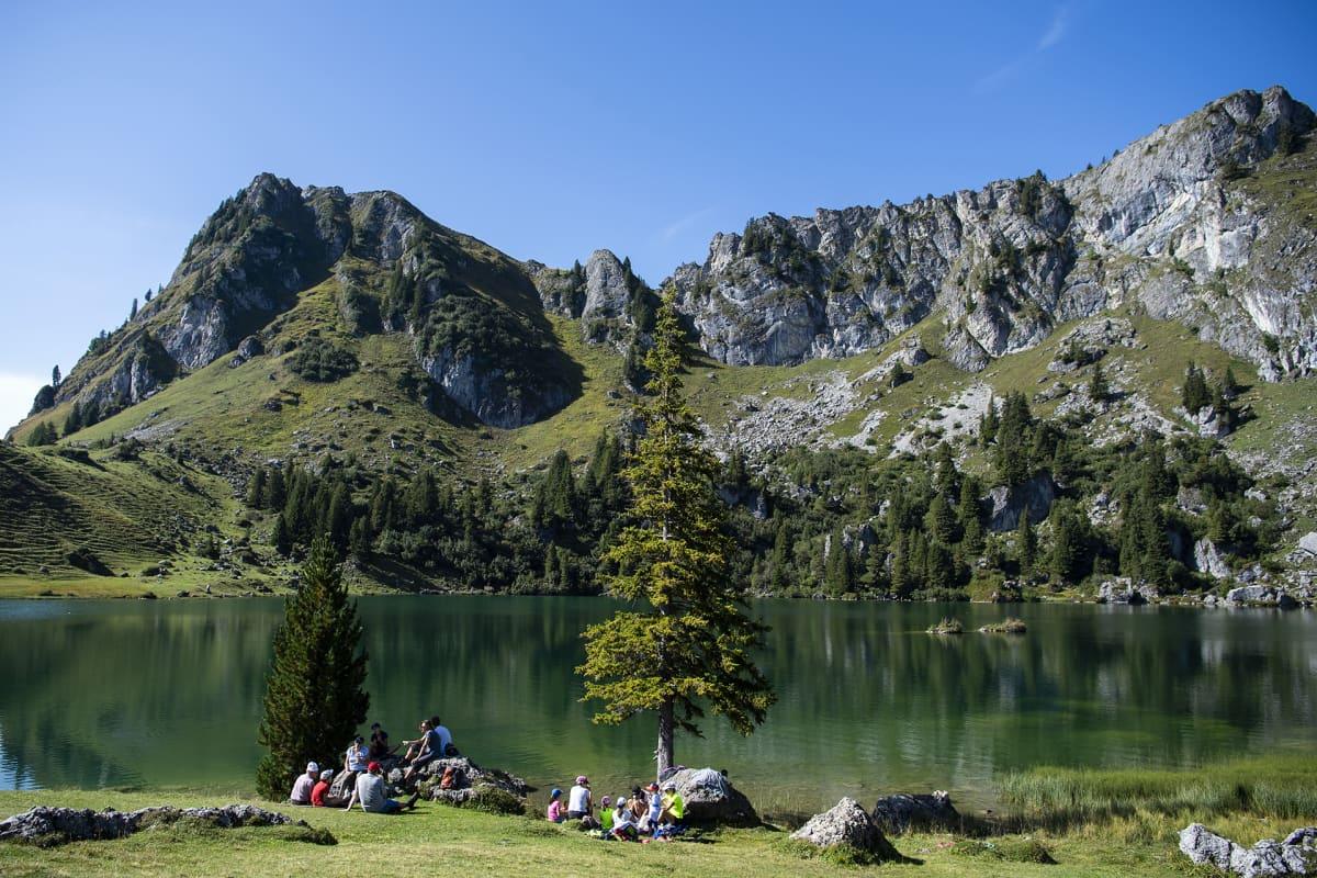 Ihmiset nauttivat kauniista säästä Seeberg-järven rannalla Diemtigtalissa Sveitsissä 15. syyskuuta.