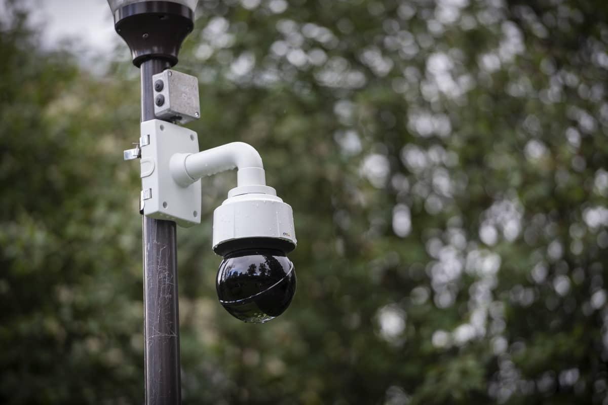 Valvontakamera kiinnitettynä katulamppuun.