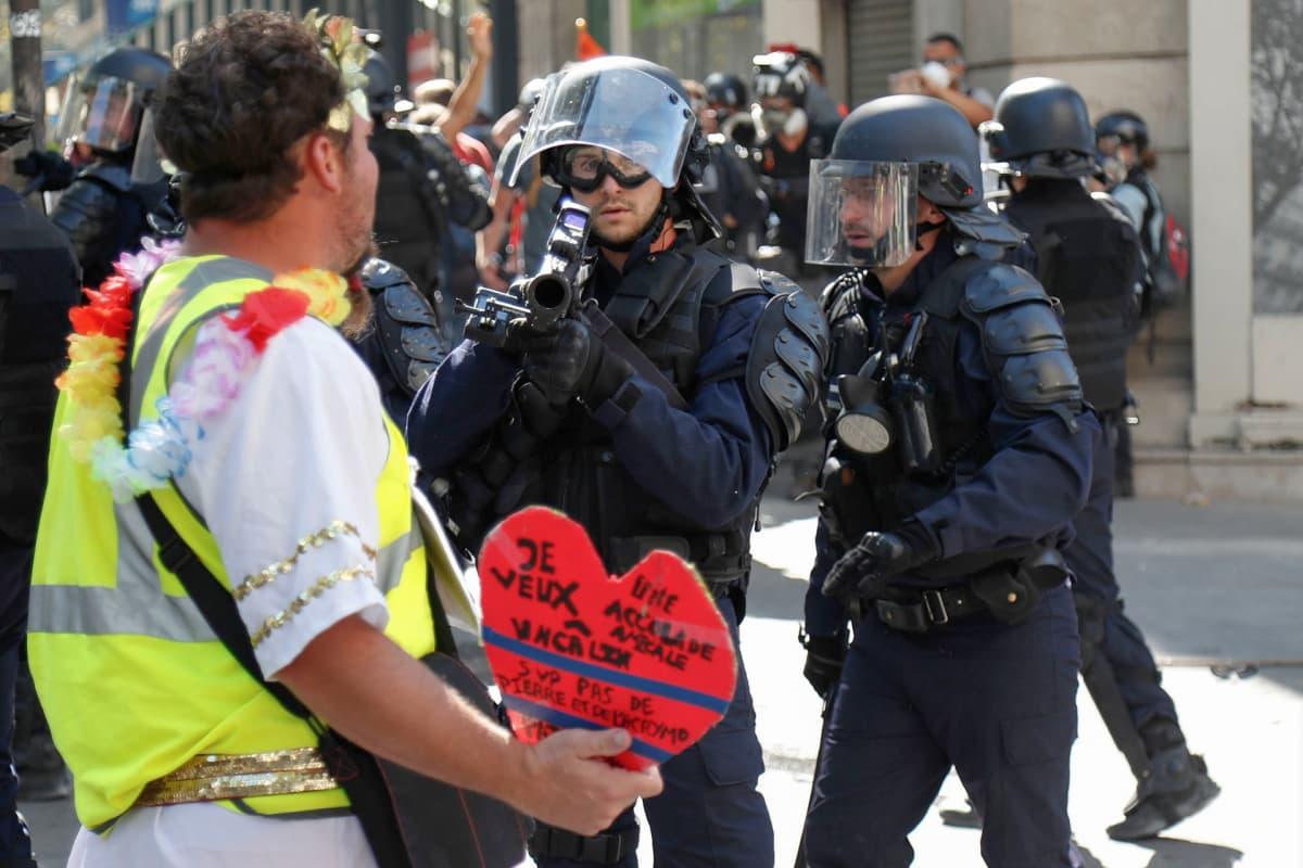Mielenosoittajia Pariisissa.