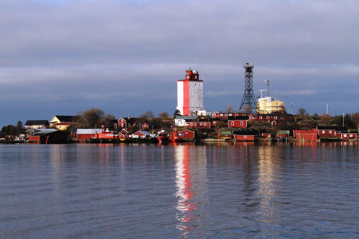 Suomen eteläisin asuttu saari oli pitkään rannikkotykistön tukikohta. Arkistokuva.