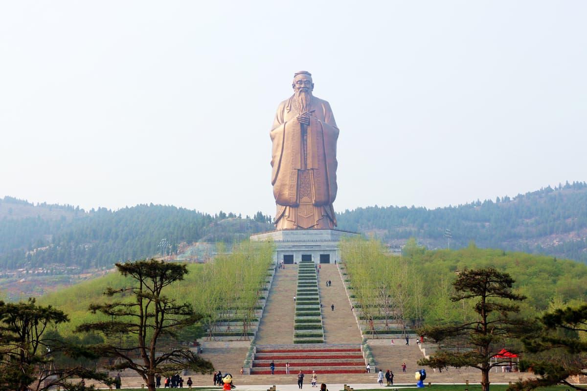 Maailman korkein Kungfutse-patsas Nishan-vuorella Kiinassa.