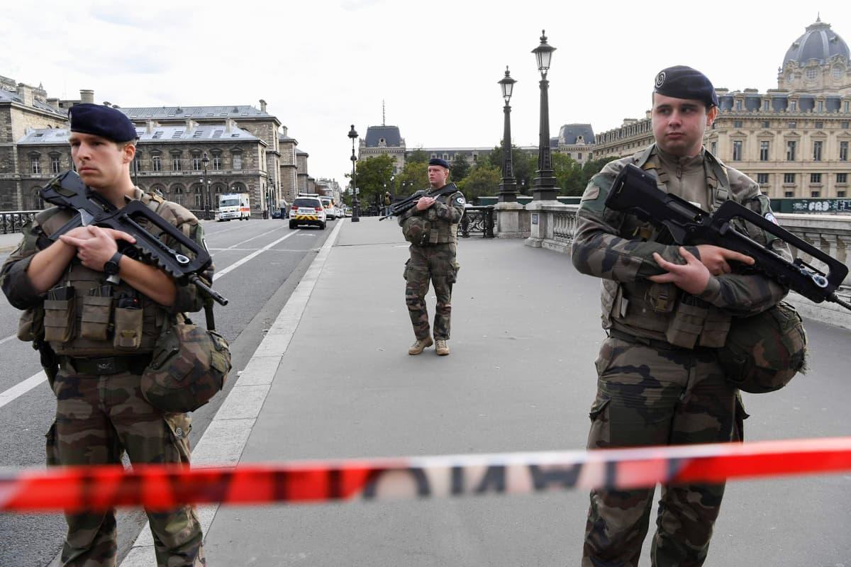 Sotilaat partioivat Pariisin pääpoliisiaseman lähellä hyökkäyksen jälkeen torstaina.