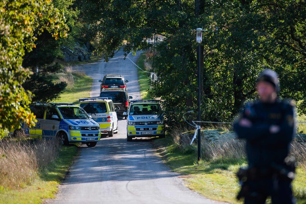 Pohjois-Korean delegaatio saapumassa Villa Elfvikiin Lidingossa, Ruotsissa lauantaina.