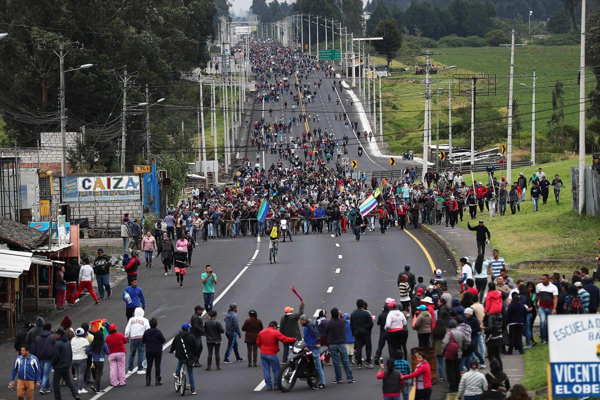 Alkuperäiskansojen mielenosoittajia kokoontumassa Quitoon suurmielenosoitukseen.
