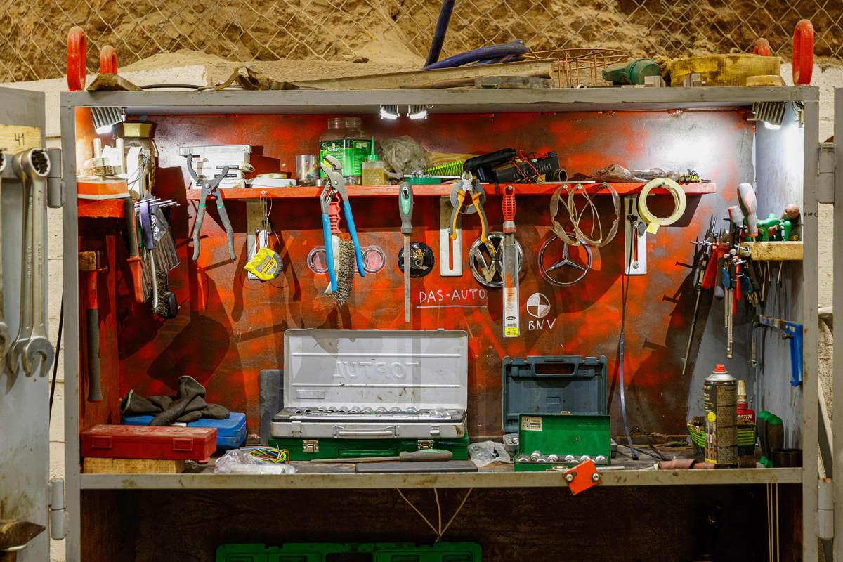 Työkaluja kaivoksessa.