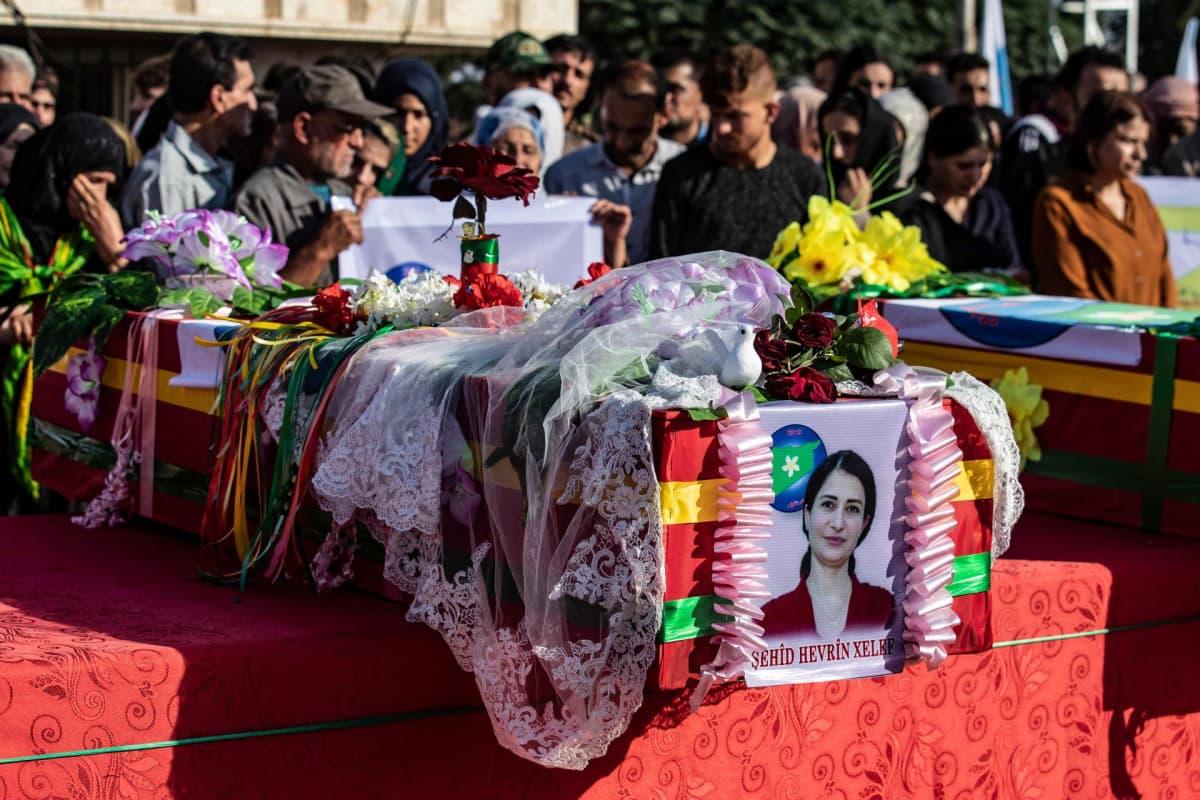 Kurdipoliitikko Hevrin Khalaf haudattiin sunnuntaina al-Malikiyahin kaupungissa Koillis-Syyriassa.