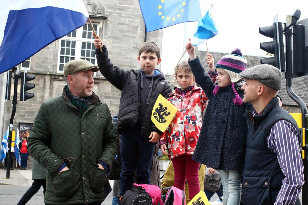 Douglas Sinclair perheineen osallistuu itsenäisyysmarssille Edinburghissa.