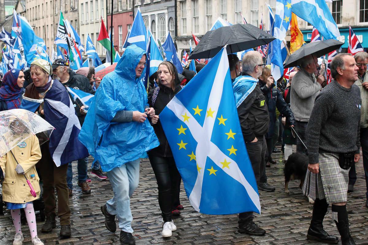 Skotit marssivat itsenäisyyden puolesta EU-tähdillä koristettujen Skotlannin lippujen alla Edinburghissa.