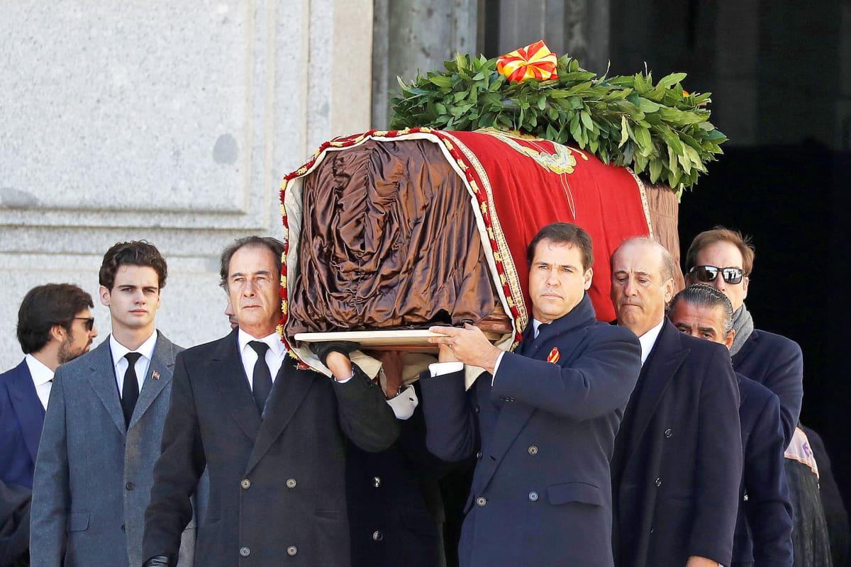 Francisco Francon sukulaiset kantoivat arkun mausoleumista.