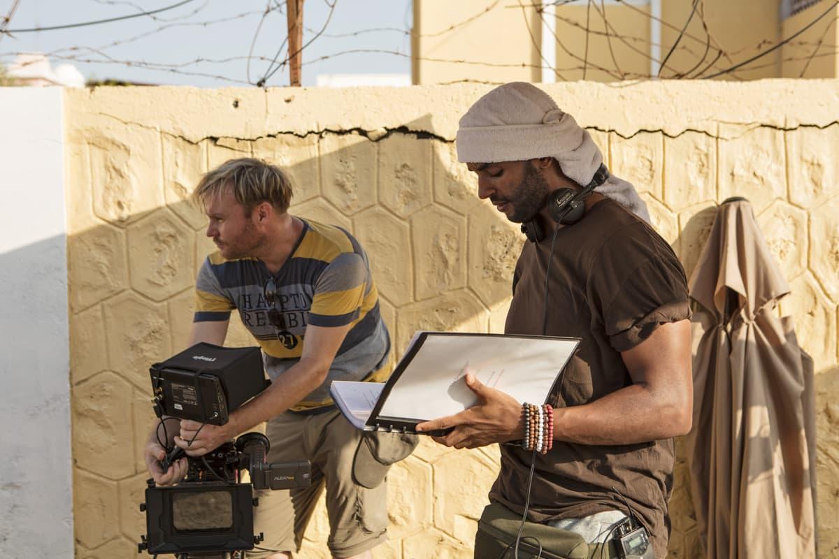 The Gravedigger -elokuvan kuvaukset Djiboutissa. Kuvassa ohjaaja Khadar Ahmed (oik.) ja kuvaaja Arttu Peltomaa.