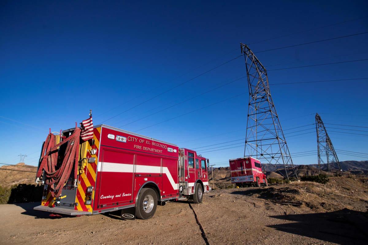 Pelastusajoneuvoja pysäköitynä lähelle sähköpylvästä Santa Claritassa, Kaliforniassa.