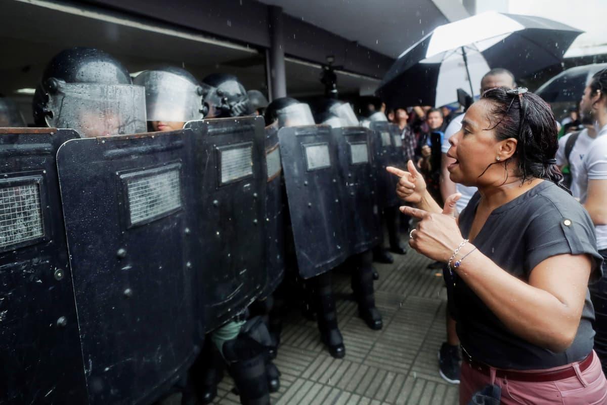 Yliopisto-opiskelijat protestoivat parlamenttitalon ulkopuolella kahdesta artiklasta, jotka voivat vaikuttaa korkeakoulutukseen Panamassa, 22. lokakuuta.