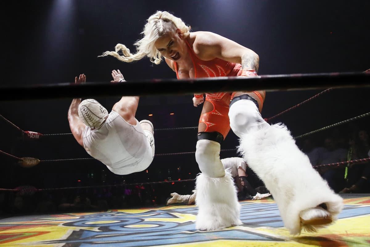Painijat esiintyvät lavalla Lucha Vavoomissa, Mayan-teatterissa, Los Angelesissa, 23. lokakuuta.
