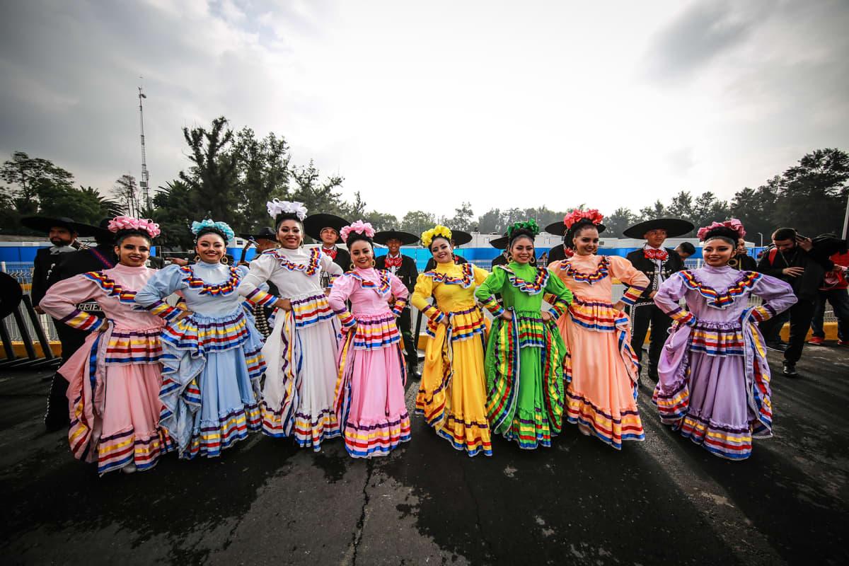 Meksikolaiset tanssijat poseeraavat perinteisissä asuissa Meksikon Formula 1  -osakilpailujen harjoituksissa 25. lokakuuta.