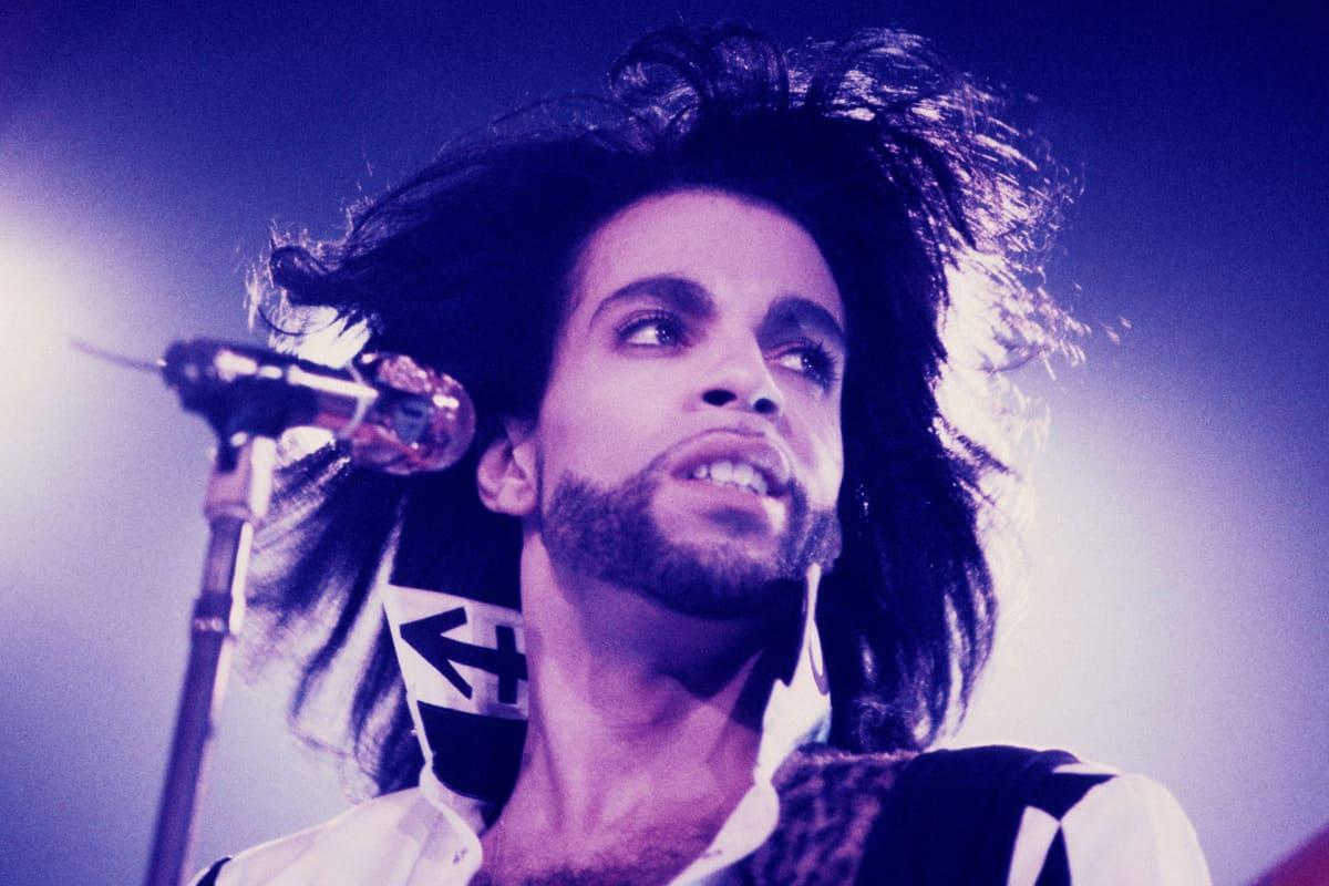 Prince esiintymässä Wembley Areenalla Lontoossa 1990.