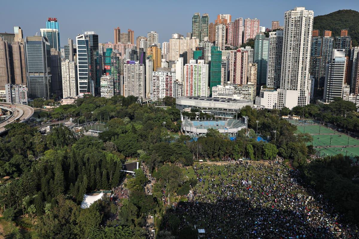 Mielenosoittajat kerääntyivät ensiksi Victoria Parkin puistoalueelle lauantaina 2. marraskuuta 2019.