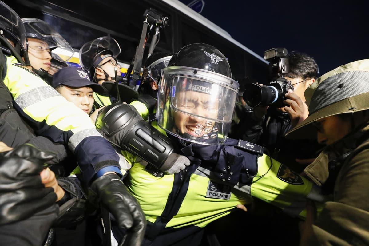 Poliisi ja mielenosoittajat ottivat yhteen Soulissa 9. marraskuuta.