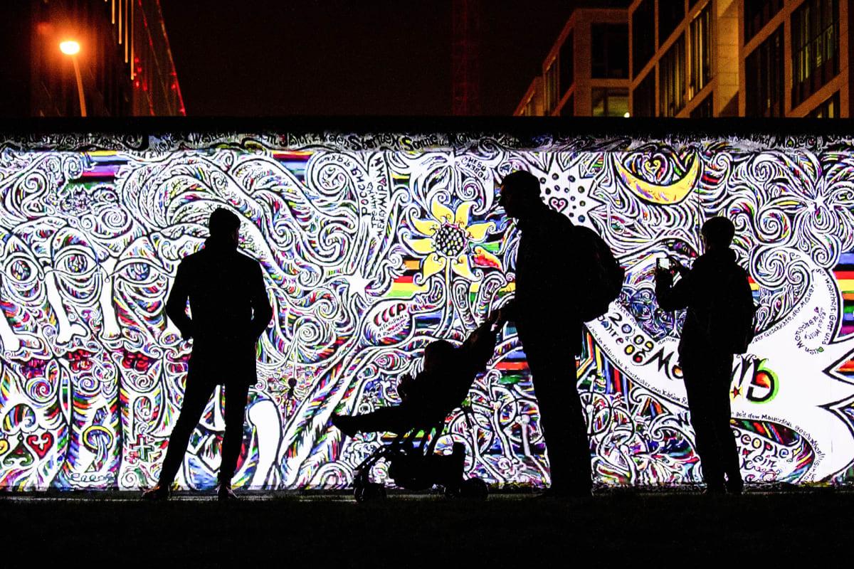 Taidetta heijastettuna Berliinin muuriin
