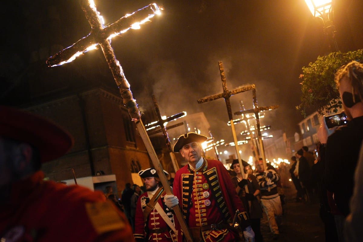 Lewesin kaupungissa Britanniassa juhlittiin perinteistä kokkoyötä 5. marraskuuta soihtuja kantaen.