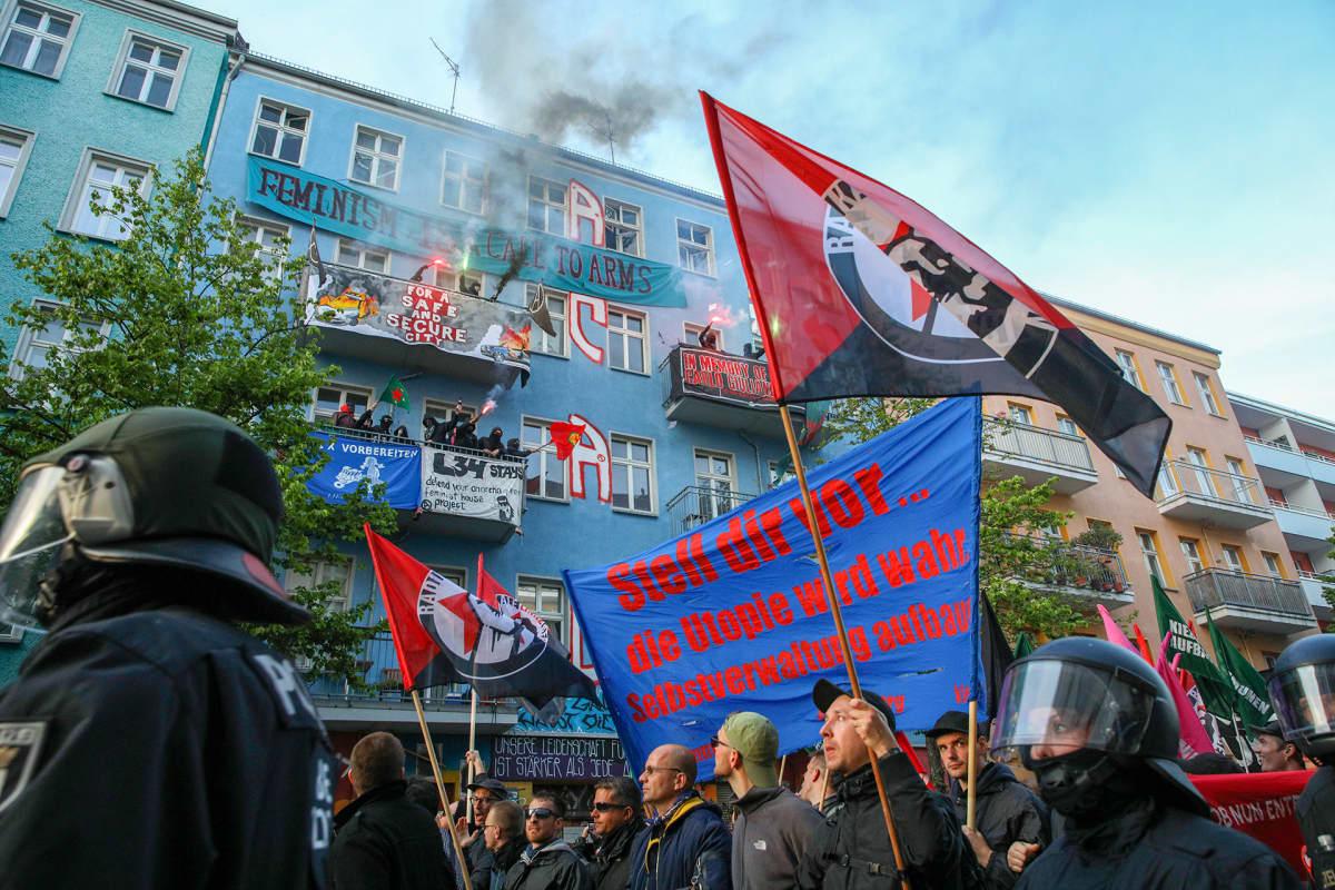 Mielenosoitus kaupunginosan keskiluokkaistumista vastaan Berliinin Rigaer Strassella vappuna 2019.