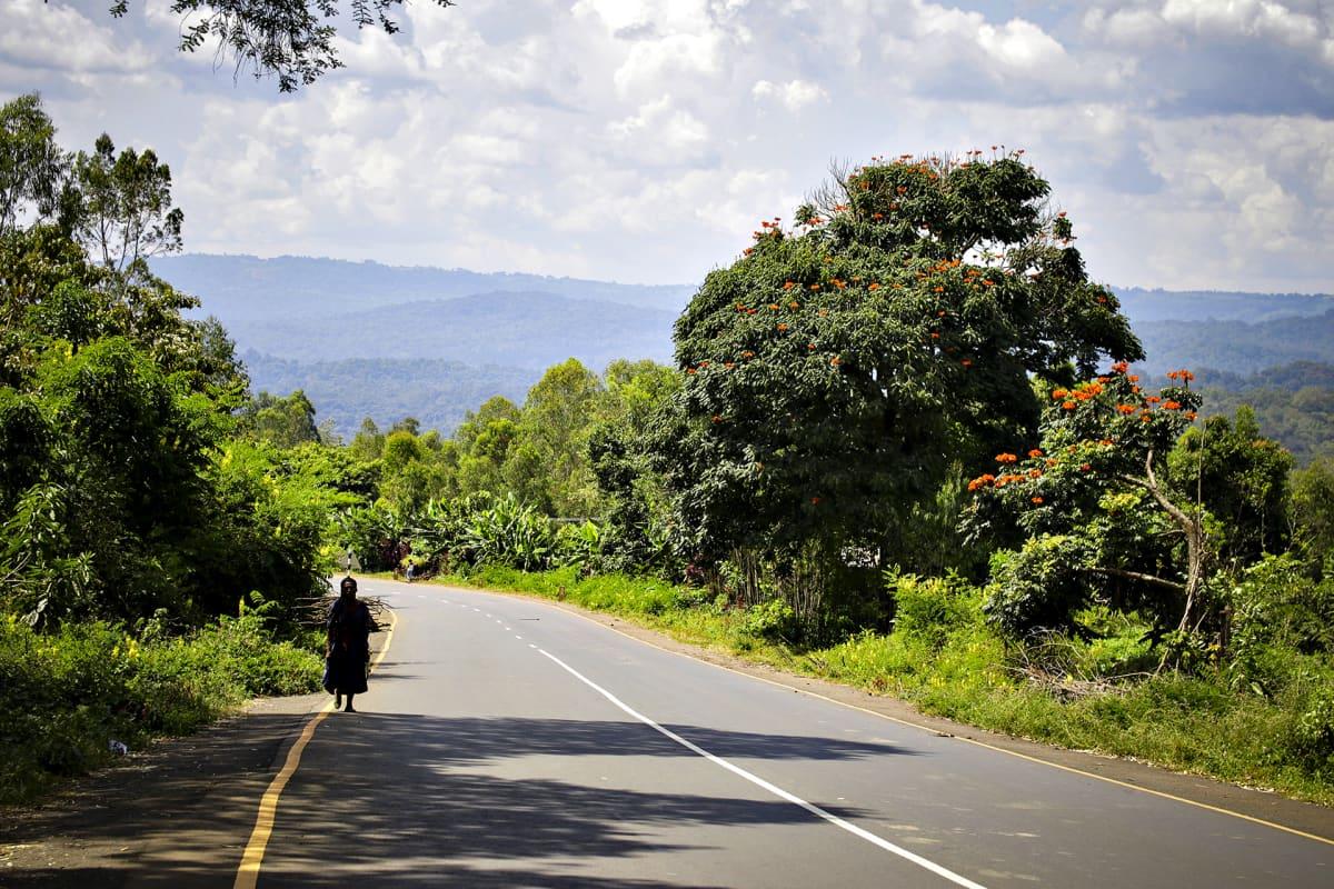 Asfaltoitu maantie Etiopian maaseudulla.