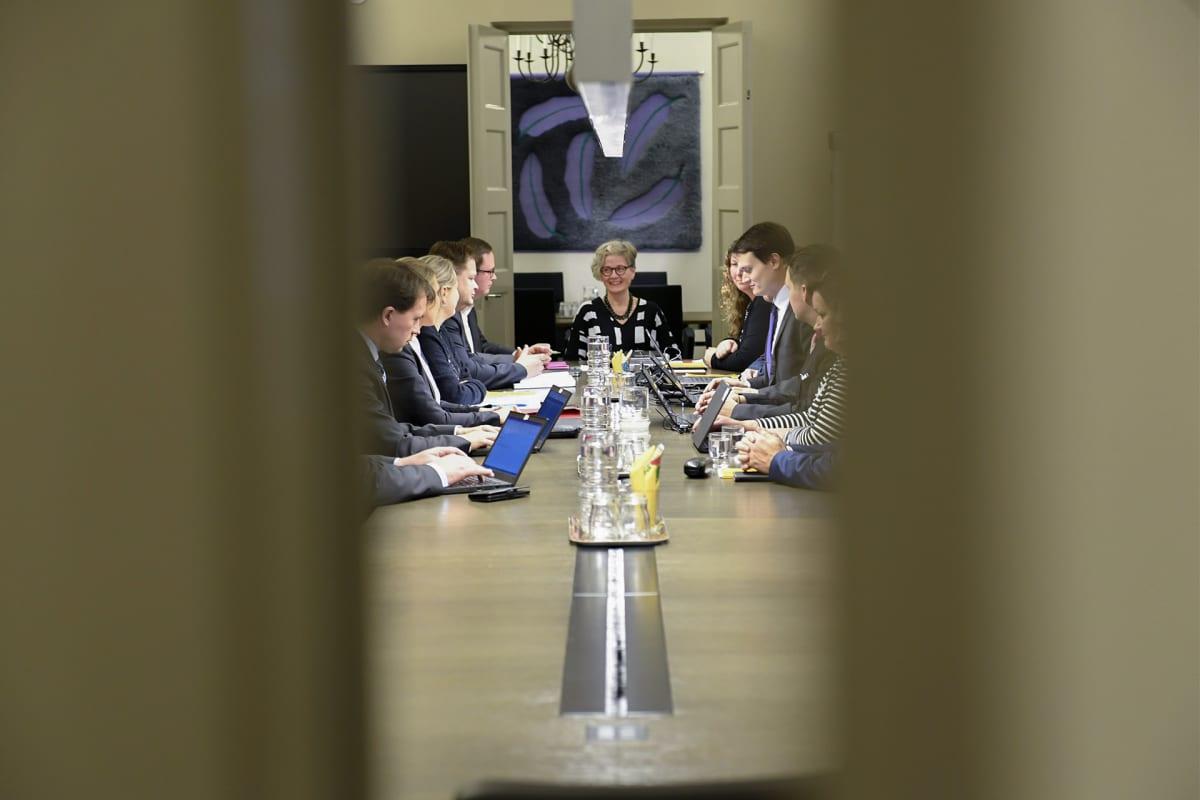 Posti- ja logistiikka-alan unioni PAU:n puheenjohtaja Heidi Nieminen ja Palvelualojen työnantajat Palta ry:n toimitusjohtaja Tuomas Aarto jatkoivat postikiistan sovittelua valtakunnansovittelija Vuokko Piekkalan johdolla Helsingissä 17. marraskuuta.