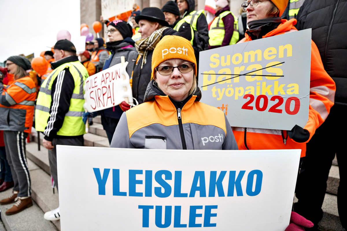 Turkulainen postinjakaja Johanna Majalahti otti osaa Posti ja logistiikka-alan unioni PAU:n mielenosoitukseen eduskuntatalon edustalla torstaina 21. marraskuuta 2019 Helsingissä.