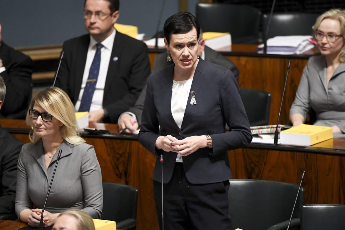 SDP:n kansanedustaja Maarit Feldt-Ranta puhuu ja vierellä istuu puoluekollega Maria Guzenina eduskunnan suullisella kyselytunnilla Helsingissä 5. lokakuuta 2017.
