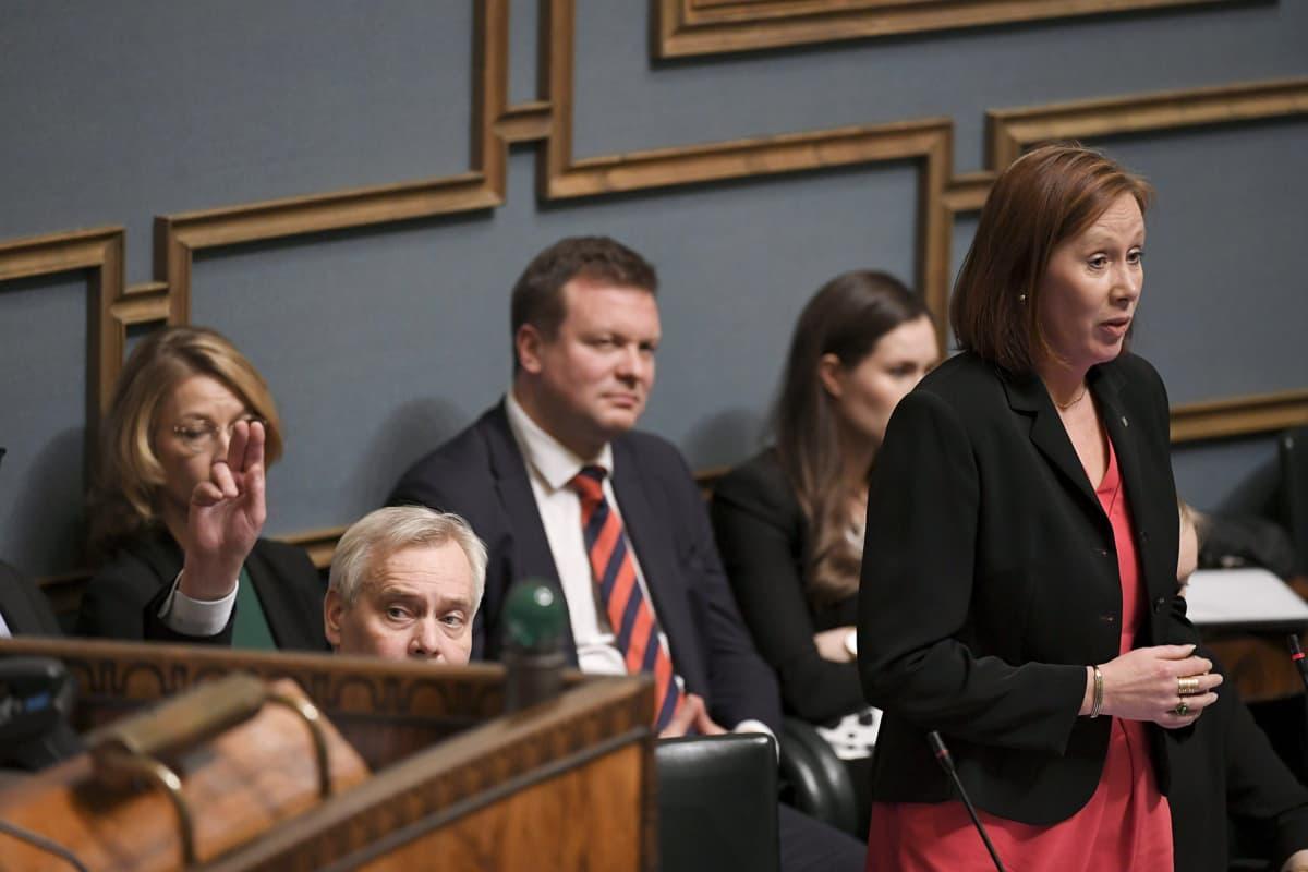 Pääministeri Antti Rinne vierellään kunta- ja omistajaohjausministeri Sirpa Paatero vastaamassa eduskunnan suullisella kyselytunnilla Helsingissä 28. marraskuuta .
