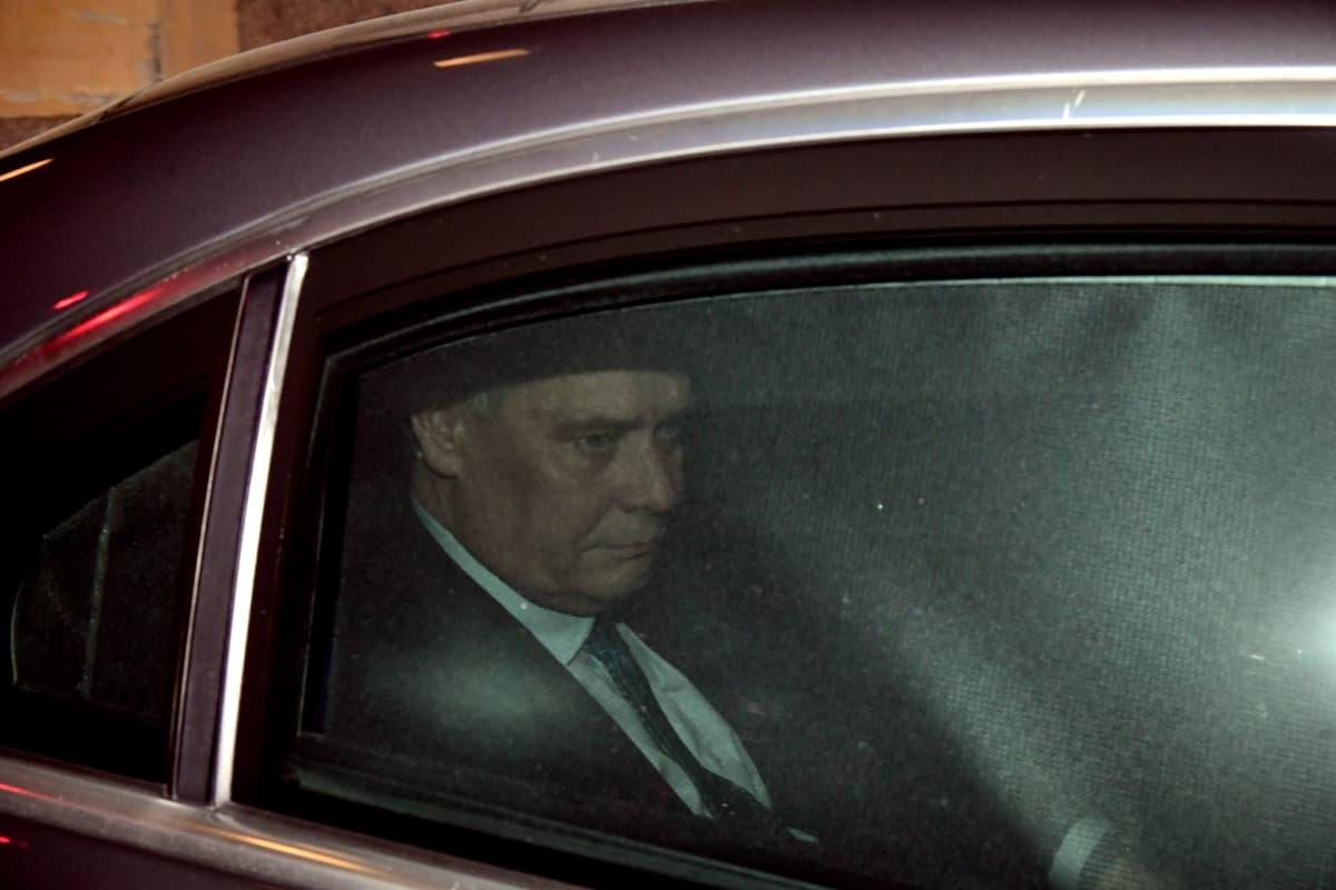 Pääministeri Antti Rinne poistuu sunnuntai-iltana valtioneuvoston linnasta vakavan näköisenä.