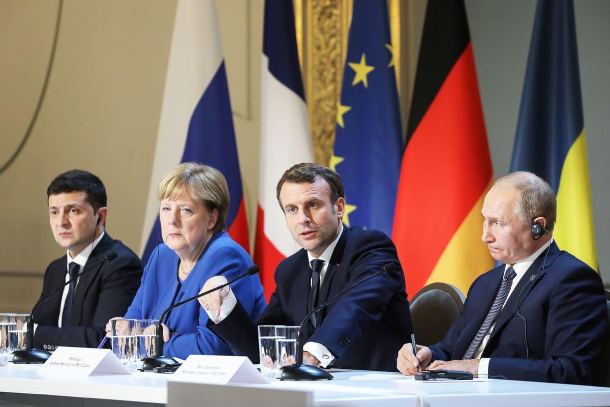 Volomydyr Zelensky, Angela Merkel, Emmanuel Macron ja Vladimir Putin lehdistötilaisuudessa tapaamisen jälkeen.