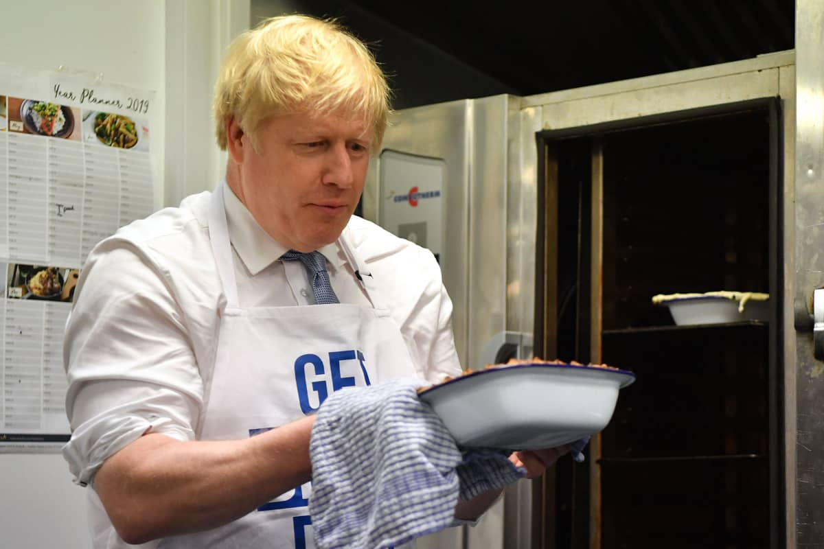 Boris Johnson valmistaa piirakkaa Red Olive Kitchenissä Derbyssä 11. joulukuuta.