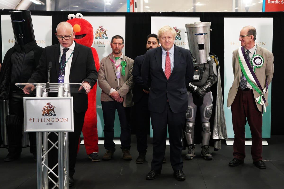 Pääministeri Boris Johnson odottaa vaalitulosta.
