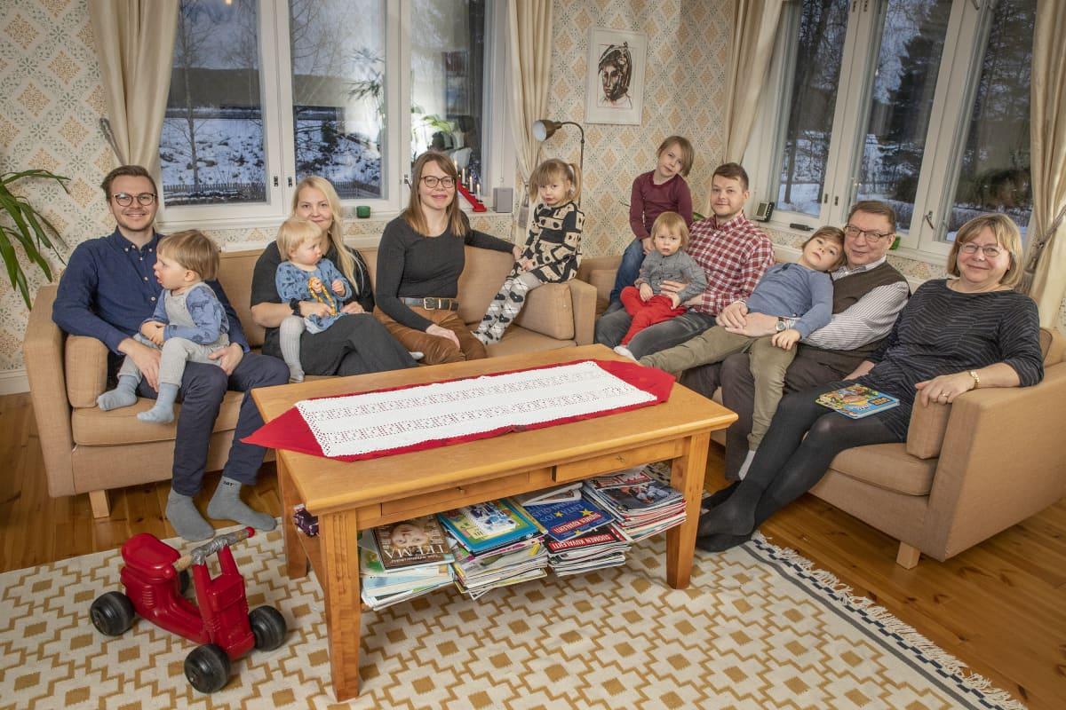 Nurmeslainen Laanisten suku sohvan ääressä