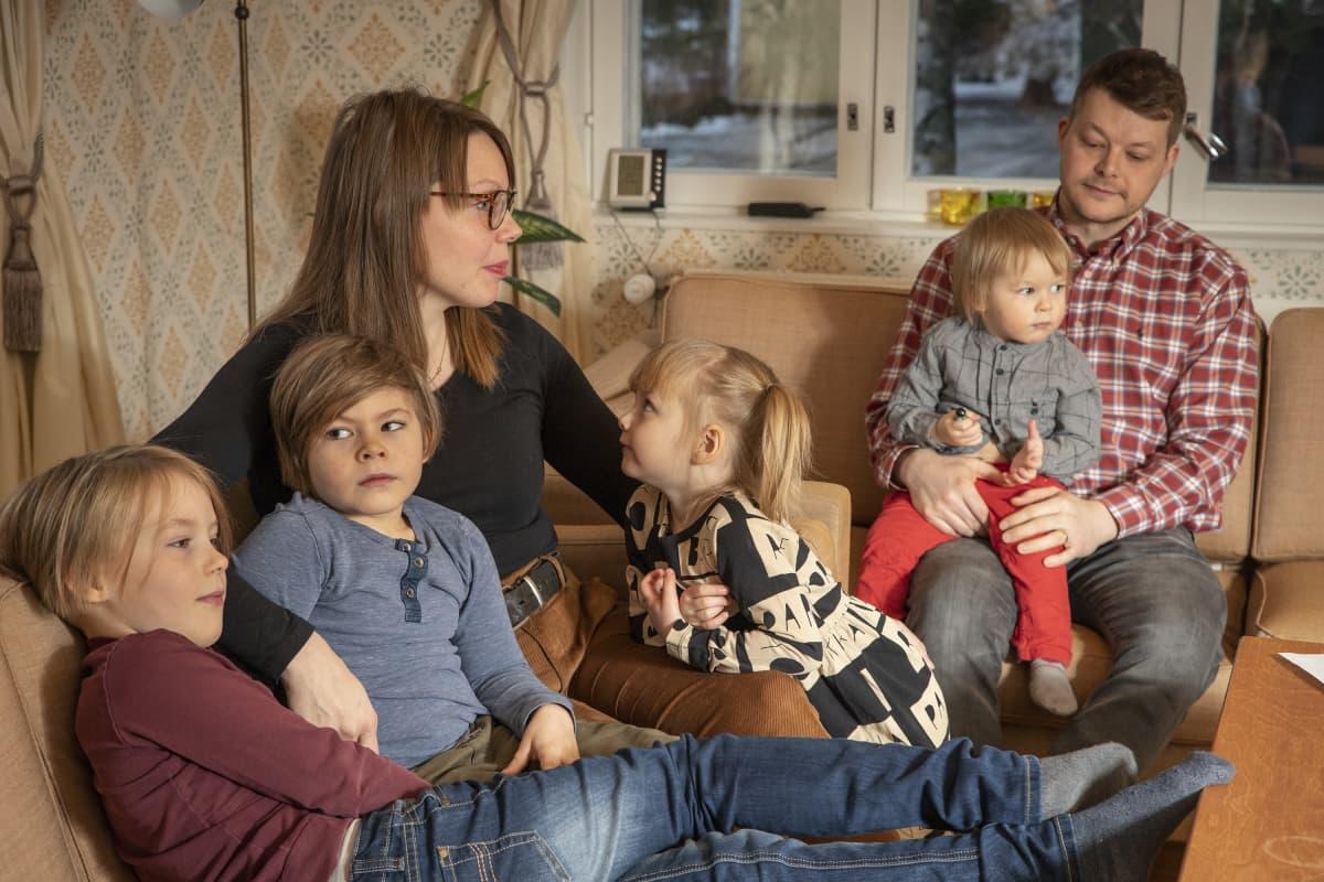 Annastiina ja Pasi Leppälä ja heidän neljä lastaan.