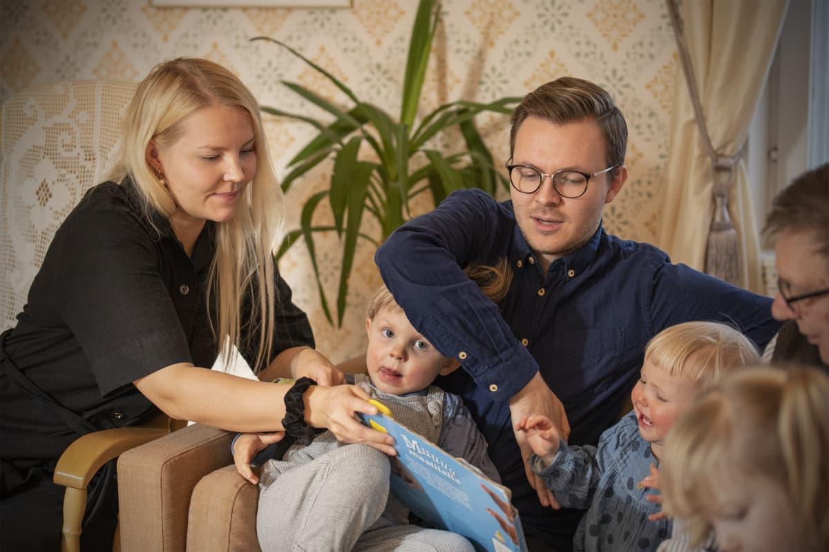 Emmiina ja Matias Laaninen lapsineen.