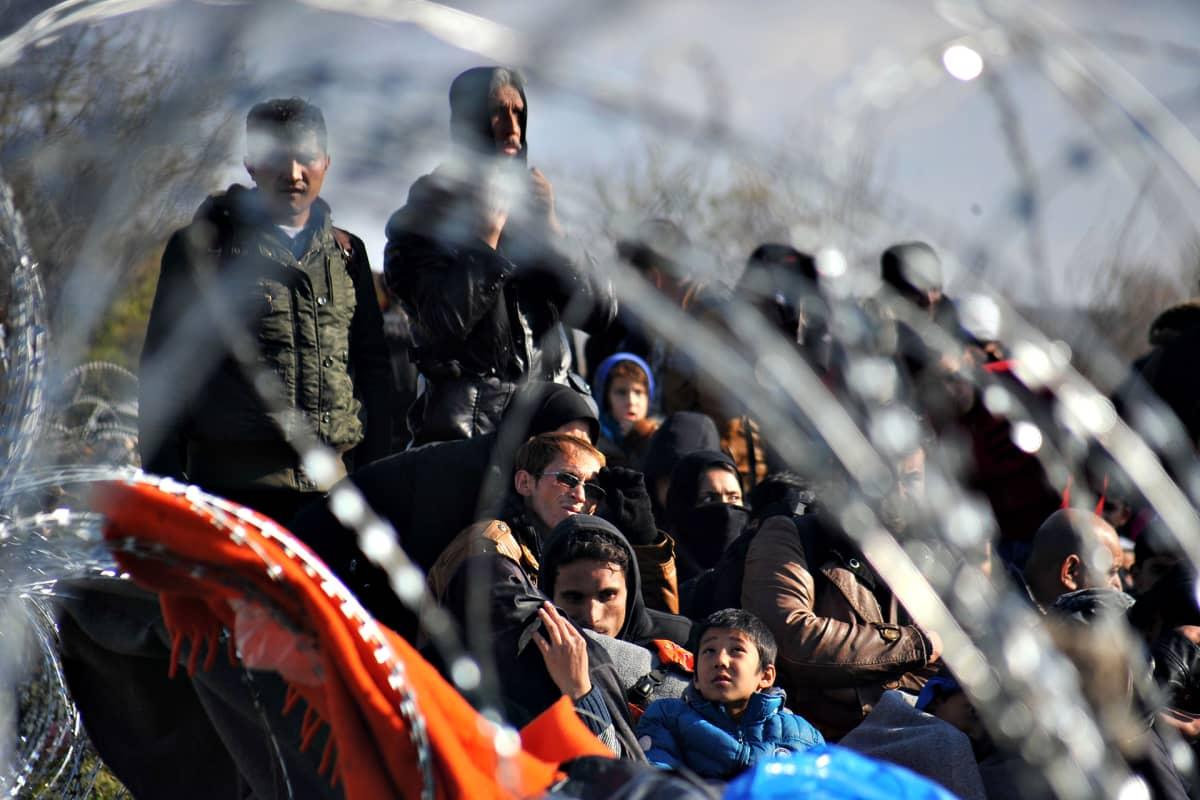 Pakolaisia ja siirtolaisia Idomenin kylässä Pohjois-Kreikassa joulukuun alussa 2015.