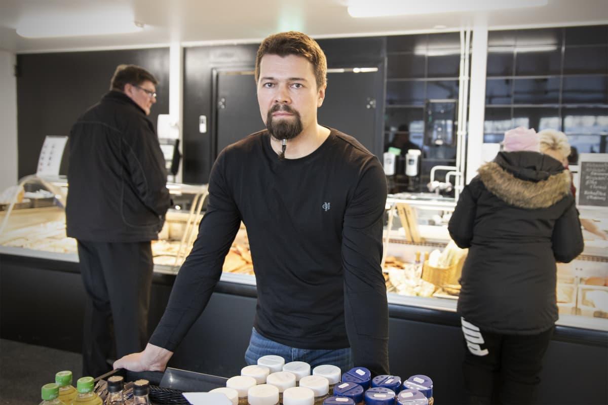 Jarkko Suhonen Nurmeksen Kalan myymälässä.