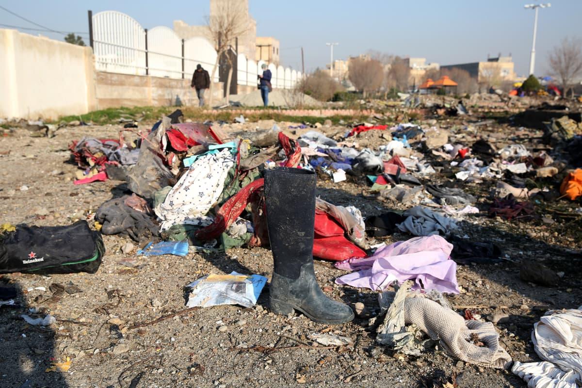 Turmakoneessa menehtyneiden omaisuutta Teheranin kansainvälisen lentokentän lähellä keskiviikkona.