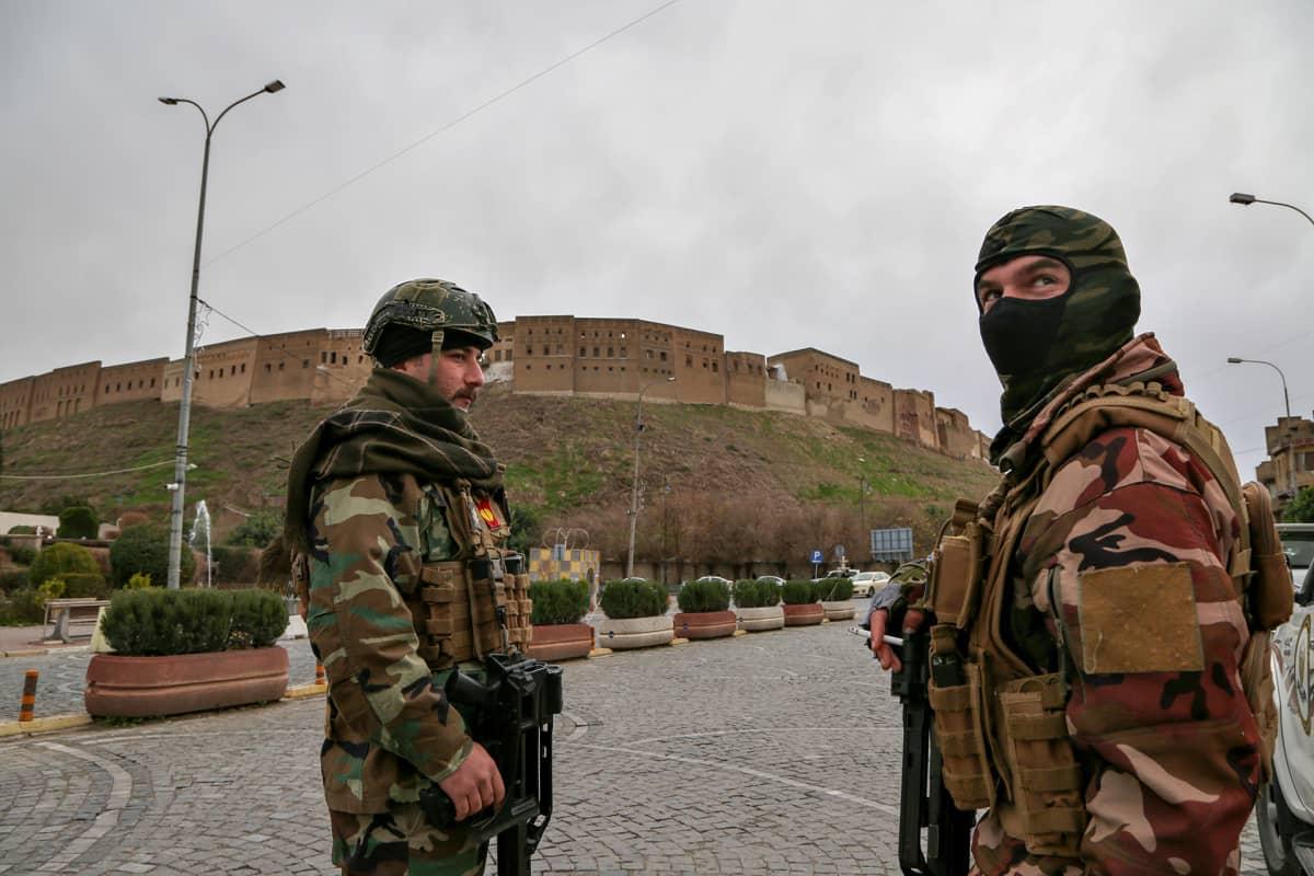 Peshmergataistelijoita vartioimassa Erbilin kaupungissa.