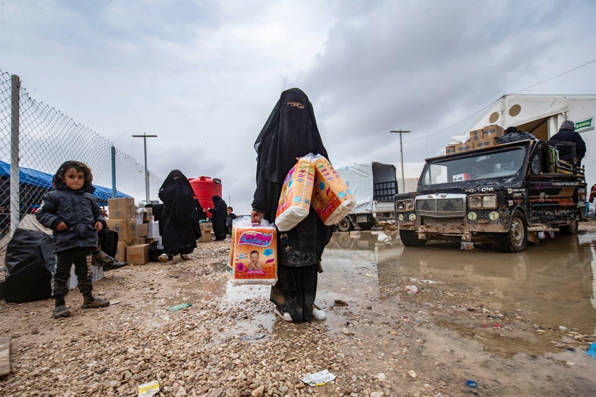 Tyttö kantoi vaippapaketteja al-Holin vankileirillä Syyriassa 9. joulukuuta.