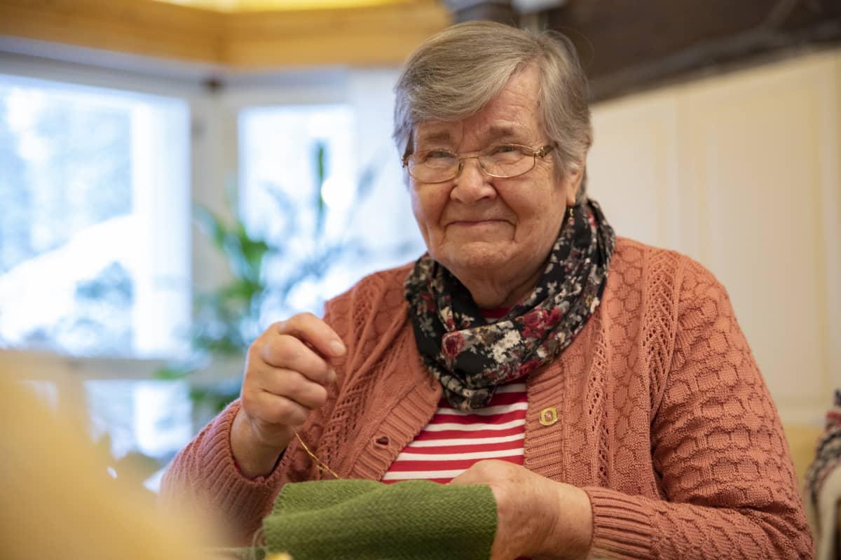 Vehmersalmelainen Leena Soininen ompelee kirkkotekstiilejä.