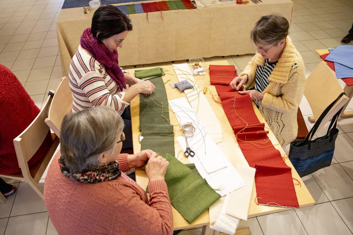 Leena Soininen, Virpi Jetsonen ja Marjatta Karvonen ompelevat kirkkotekstiilejä.
