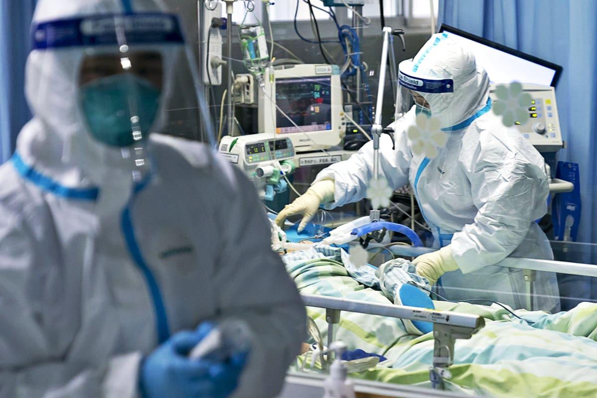 Zhongnanin sairaalan henkilökuntaa suojapuvuissa Wuhanin kaupungissa Kiinassa.