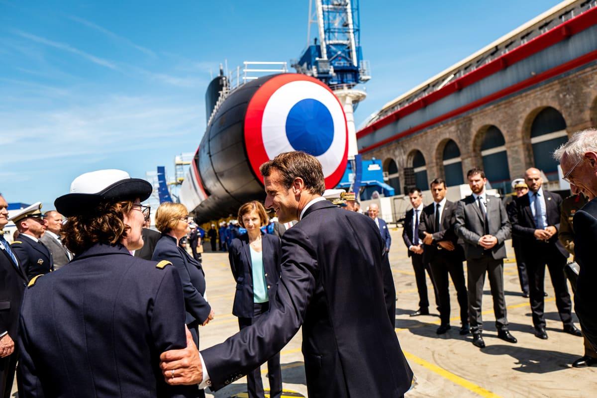 Emmanuel Macron Suffren -aluksen edessä