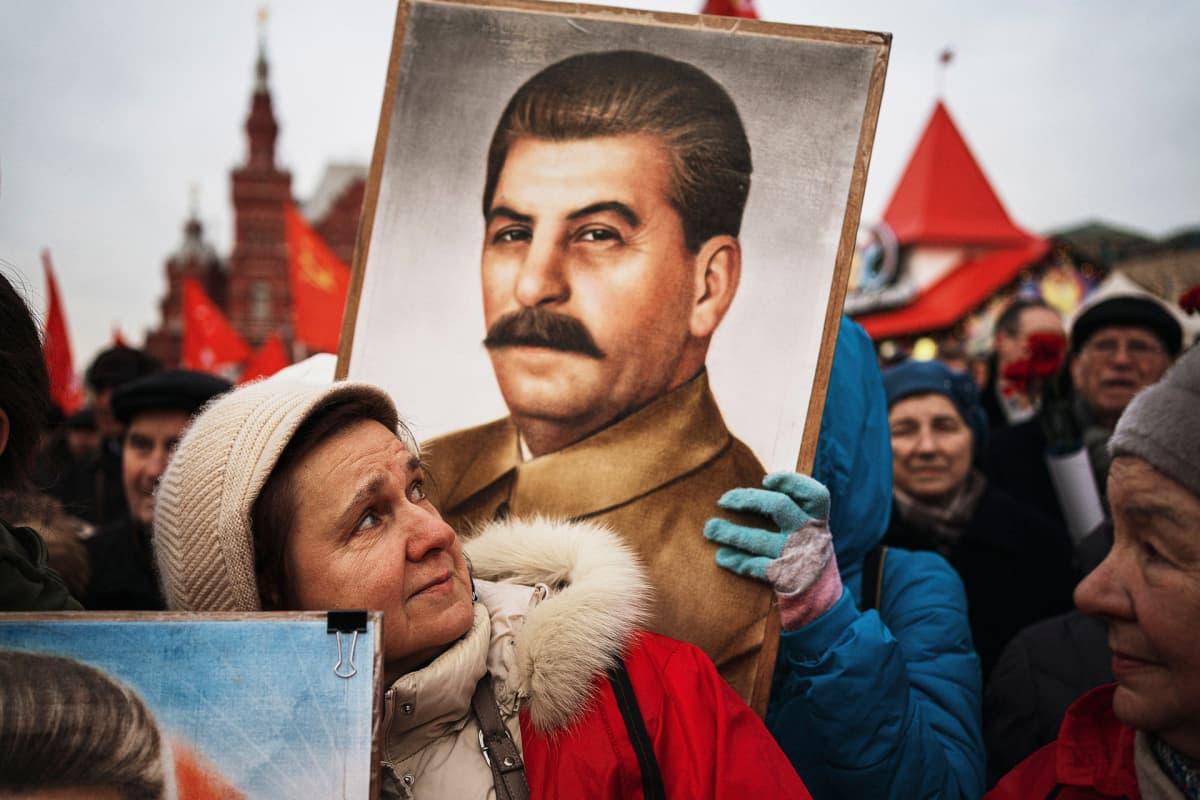 Ihmisiä kantamassa Stalinin kuvia Moskovassa 21. jouluuta 2019, jolloin tuli kuluneeksi 140 vuotta Stalinin syntymästä.