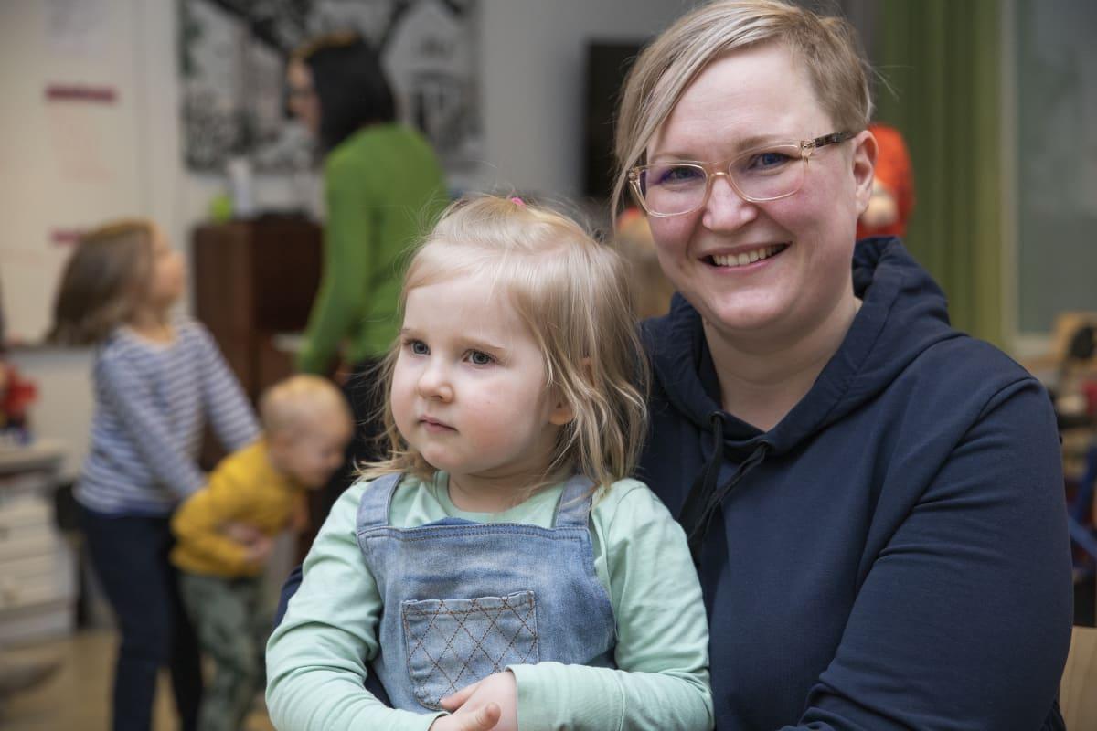 Anniina Mustonen käy muskarissa yhdessä kolmevuotiaan Eevi-tyttären kanssa.