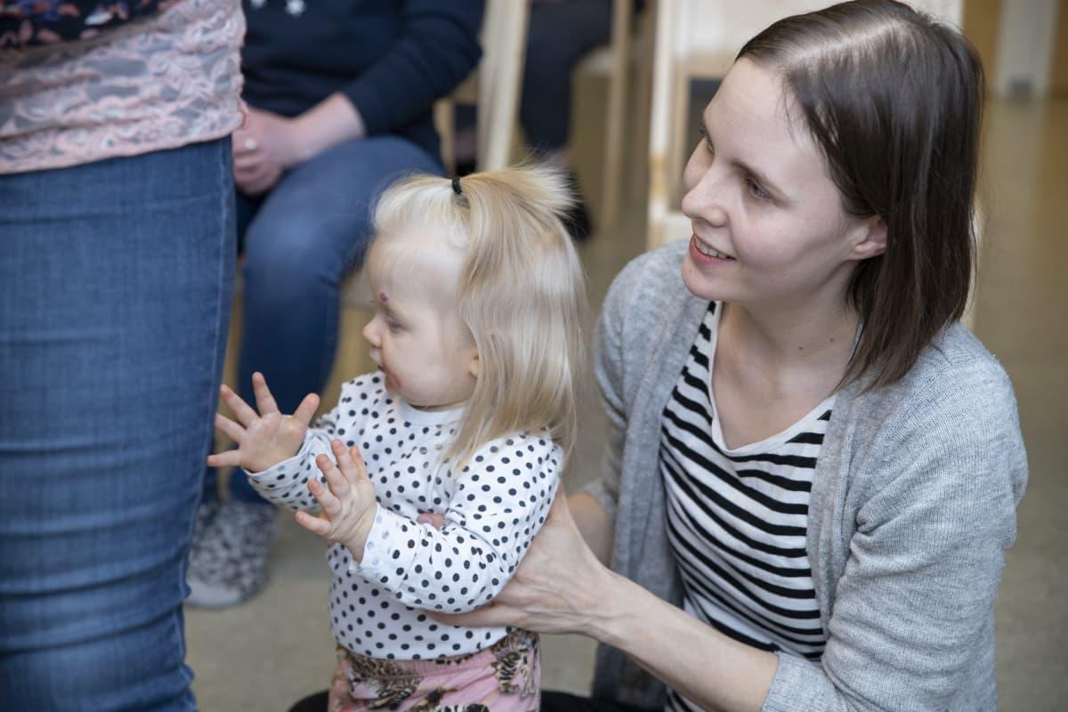 Liisa Jaatinen leikittää Siiri-tytärtä musiikin tahtiin.