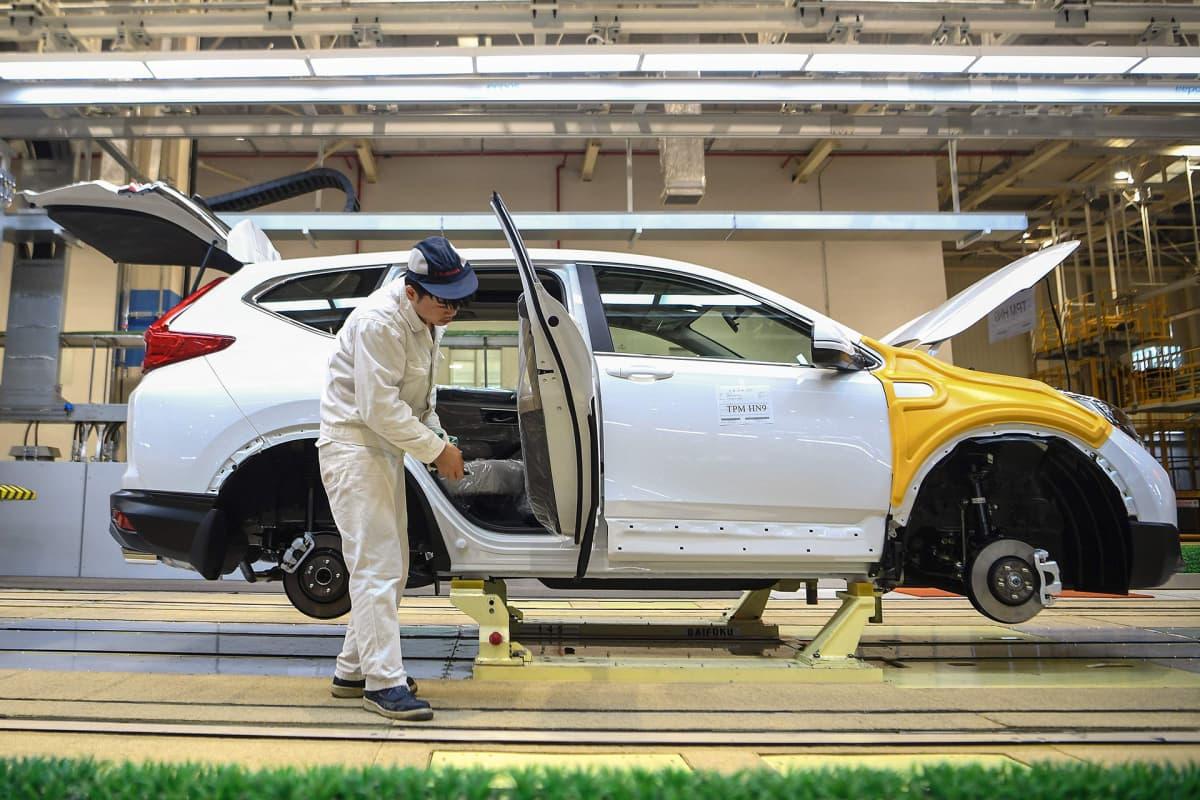 Työntekijä kokosi autoa Hondan tehtaalla Wuhanissa marraskuussa 2019.
